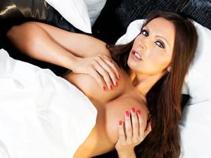 Stripmaus zeigt ihre Brüste vor der Cam